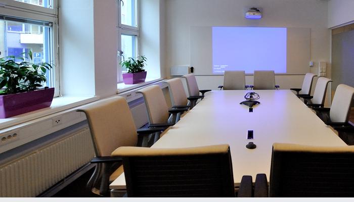Kortskjutande projektor i konferensrum